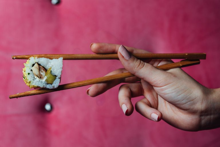 sushi sostenido correctamente con palillos