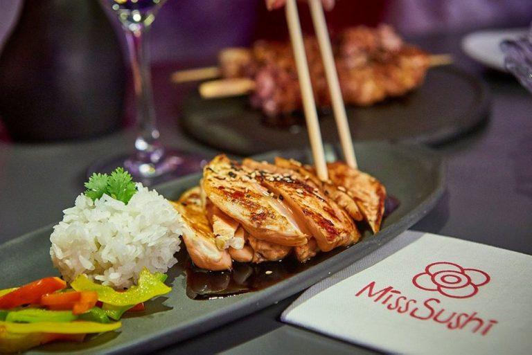 Un sabroso pollo teriyaki en Miss Sushi