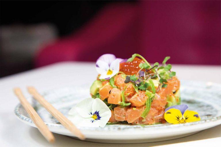 Salmón Cake con huevas de caviar de Ikura, solo en Miss Sushi
